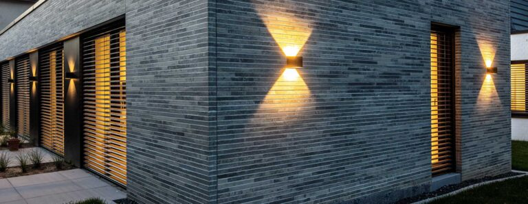 Geschmackvolle Außenbeleuctung an einem Haus in der Dämmerung.