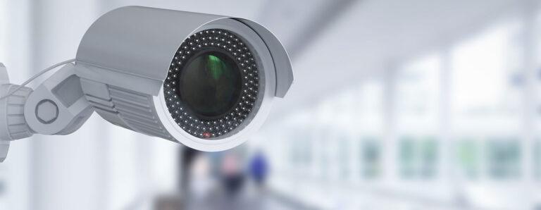Eine Videokamera ist in einem Gebäude installiert.
